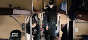 """Українські залізничники разом з поліцейськими ловлять """"безмасочників"""" в електричках та у потягах"""