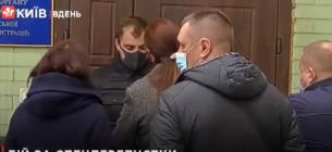 Сотні людей брали штурмом КМДА, щоб отримати перепустки