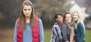Дівчата забулили свою однокласницю та голою штовхнули в крижину водойму