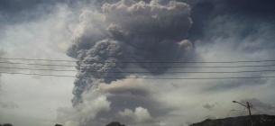 Фото Reuters. На Карибах из-за огромного извержения вулкана людям нечем дышать