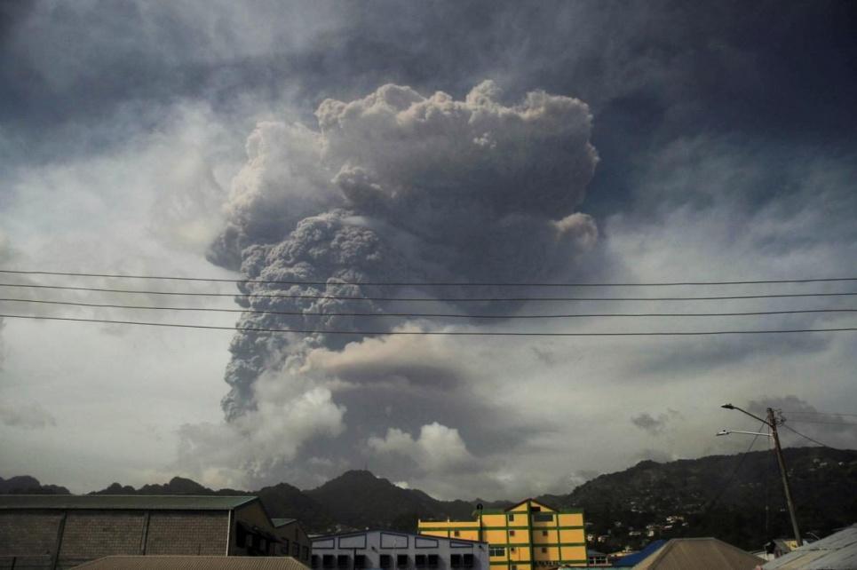 Фото Reuters. На Карибах через величезне виверження вулкану людям нема чим дихати