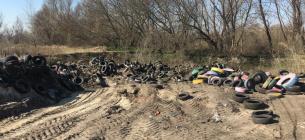 В Киеве зафиксировали «захоронения» покрышек: тонны резины трактор засыпает песком