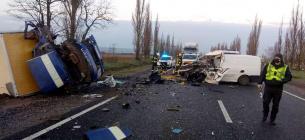 Моторошна аварія: бус із трунами зіткнувся з вантажівкою пошти