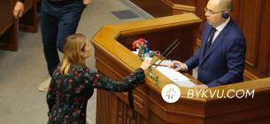Степанову в залі Ради передали поховальні квіти та звинуватили у провалі вакцинації. Фото: Букви