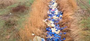 У річку викинули тисячі каністр з хімікатами