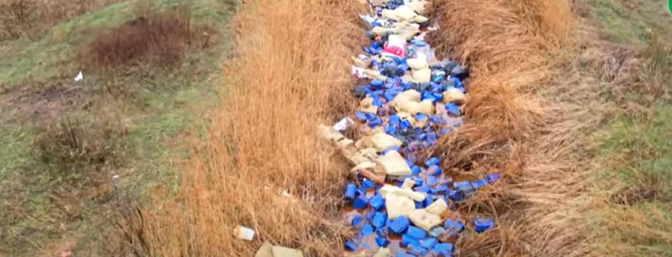 В реку выбросили тысячи канистр с химикатами