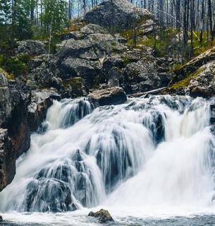 Отец с ребенком упали в водопад