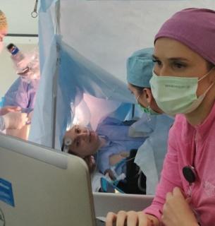 Пациентке, которая была в сознании, разрезали череп и удалили опухоль из мозга