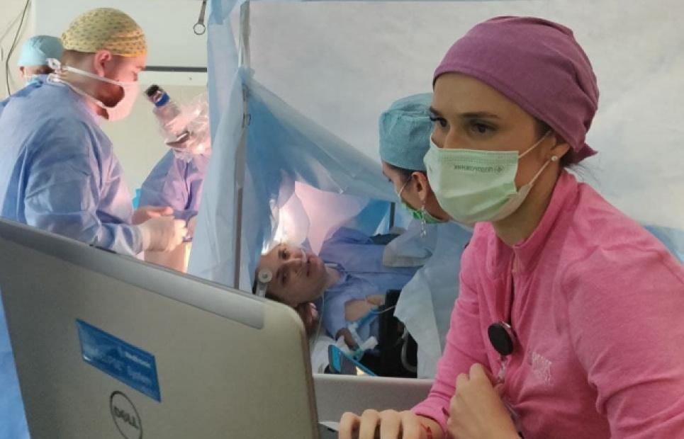 Пацієнтці, яка була у свідомості, розрізали череп і видалили пухлину з мозку