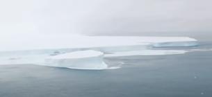 Найбільший у світі айсберг розколовся на частини