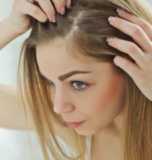 Фахівець говорить, що люди доволі часто самі винні у випадінні волосся