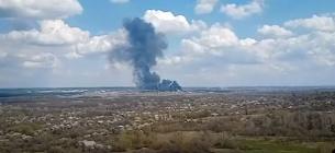 На Луганщині в Рубіжному вибухнув бензовоз ЗСУ, горять будинки та вантажівки. Фото: скріншот