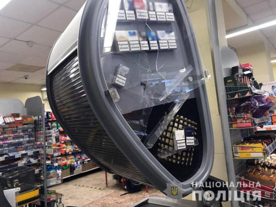 У супермаркеті чоловік дістав сокиру на зауваження щодо маски