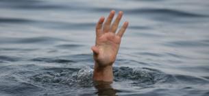 Пенсіонер сам забрався у холодну воду в одязі та почав тонути
