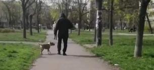 Агресивний чоловік нацьковує свого собаку й змушує пса вбивати слабших тварин