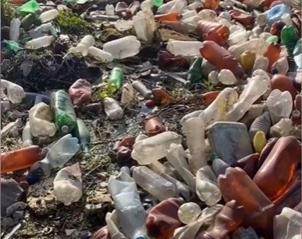 На Харківщині назріває екологогічна катастрофа: річку завалило пластиком. Скріншот з відео