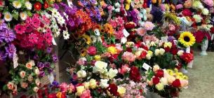 Штучні квіти на кладовищі приховують найбільшу небезпеку
