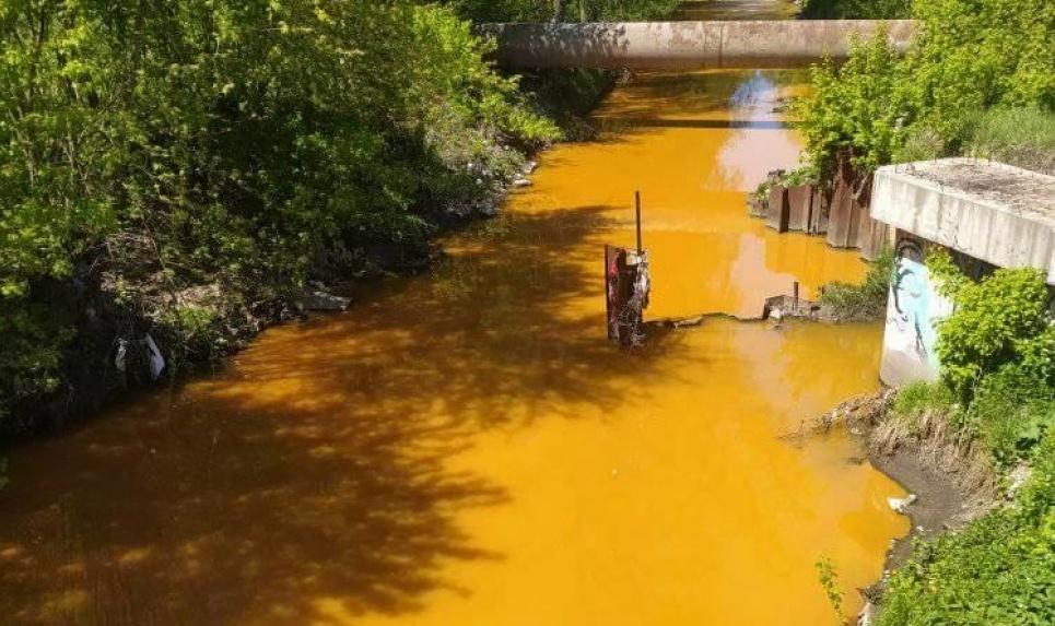 В КГГА пообещали сразу рассказать, почему вода в реке Лыбидь стала желтой