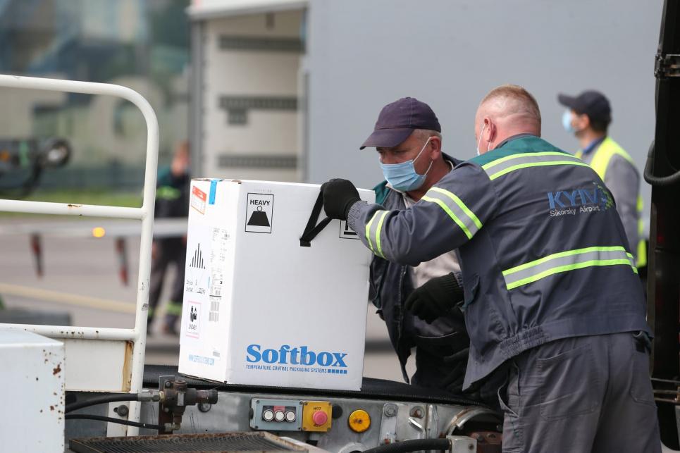 Перший із чотирьох вантажів партії Pfizer-BioNTech вже в Україні — ЮНІСЕФ