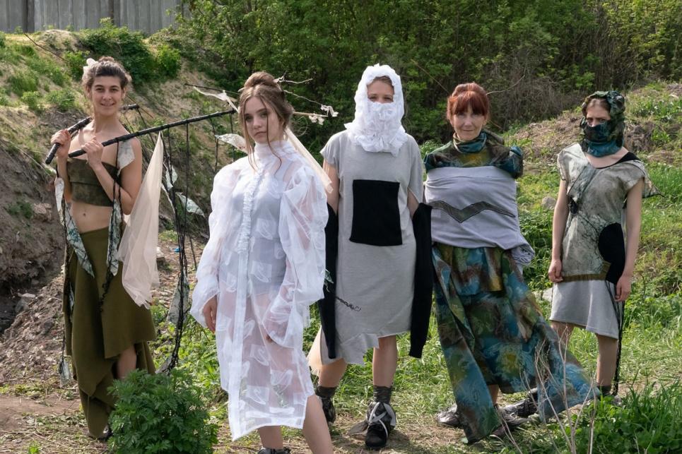 Врятуйте річку! На Харківщині влаштували показ моди на стихійному сміттєзвалищі