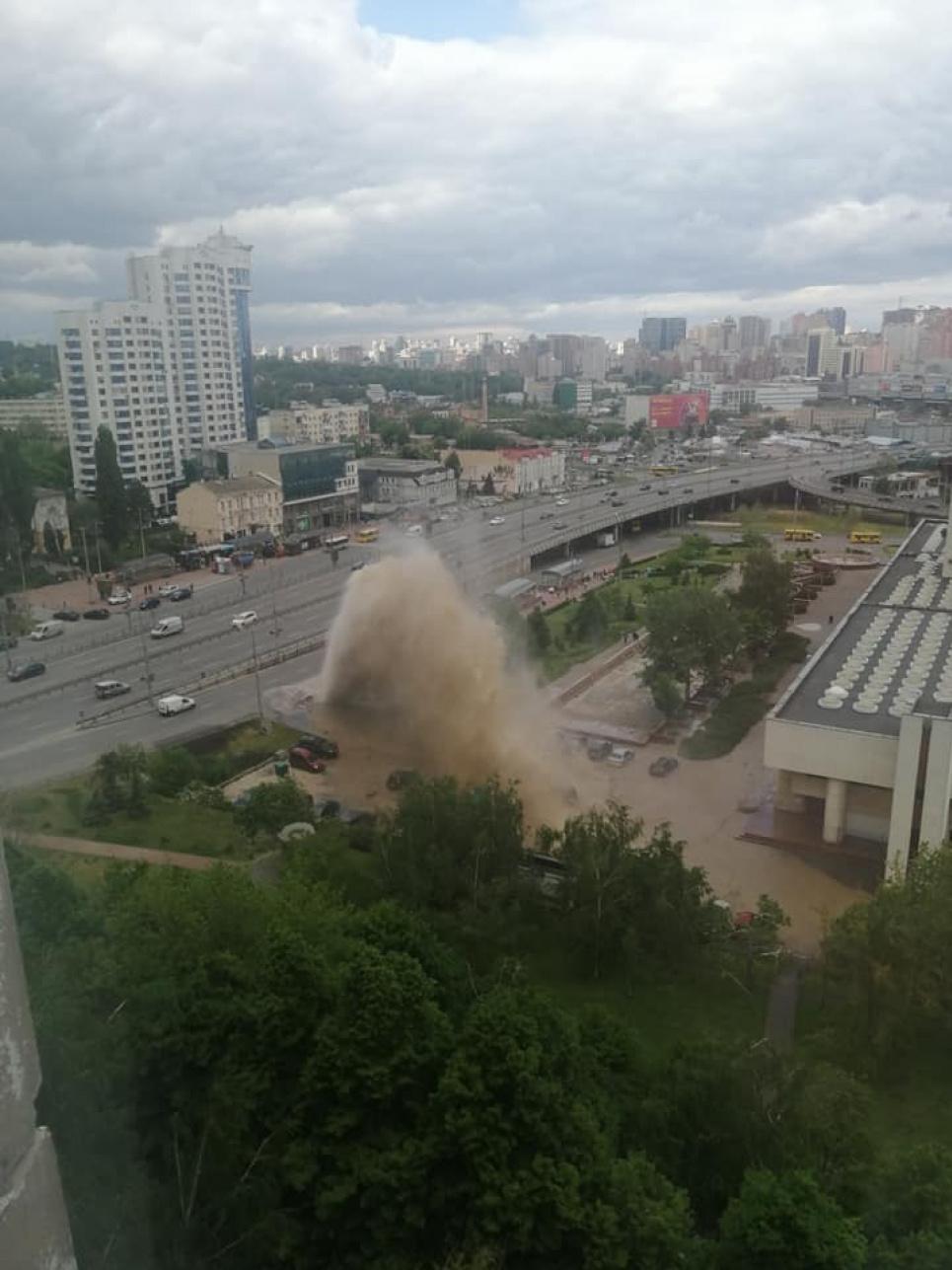 """""""Гейзер"""" на Деміївці. Фото: Телеграф"""
