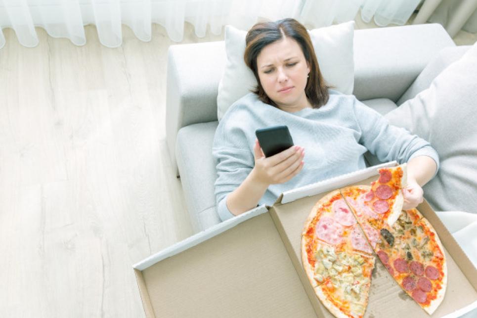Лікар пояснив, чому не можна лягати чи спати після прийому їжі