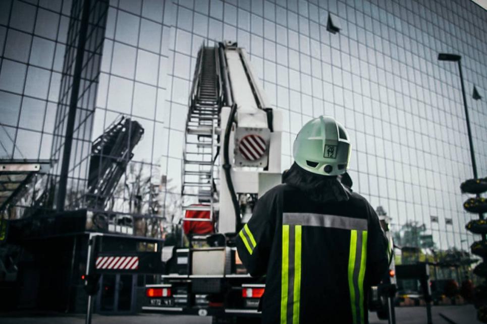 """У столиці палала будівля """"Епіцентру"""": 10 поверх, 45 пожежних (фото)"""