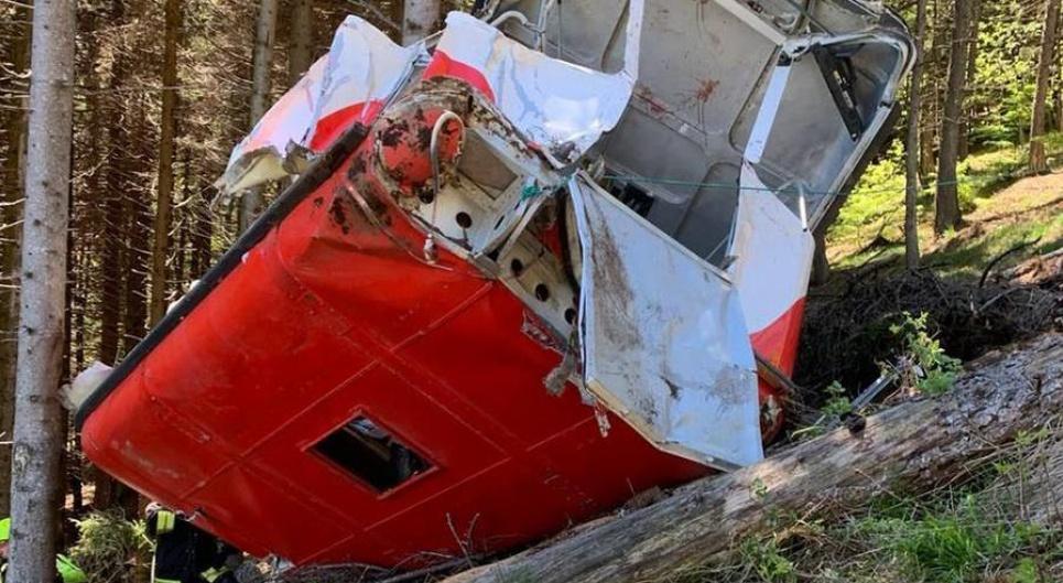Фото: lastampa.it Кабина с людьми оборвалась в одной из самых высоких точек канатной дороги
