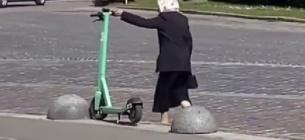 Бабусі не сподобались самокати
