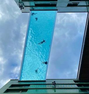 В Лондоне между крышами сделали бассейн на высоте 35 метров над землей