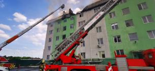 Взрыв в Белогородке: квартиры на верхних этажах сгорели, а жилплощадь на нижних этажах затопило. ФОТО: ГСЧС