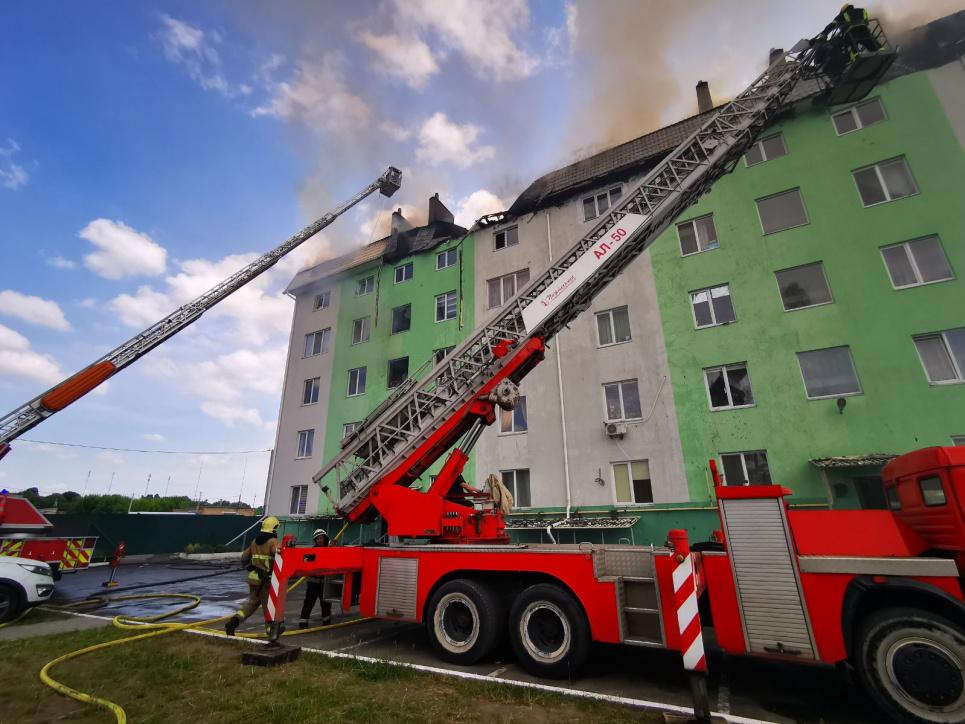 Вибух у Білогородці: квартири на верхніх поверхах згоріли, а житлоплощу на нижніх поверхах затопило . ФОТО: ДСНС