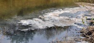 На Хмельниччині річка перетворювалася на клей