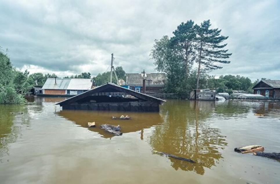 Чоловік, у якого поводком затопило будинок, сів у човен і заспівав під баян