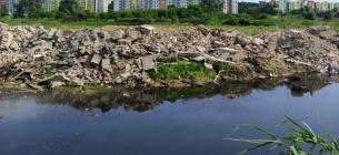 В Буче реку засыпают строительным и бытовым мусором