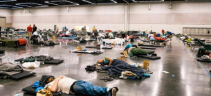 Люди рятуються від аномальної погоди у спеціальних зонах для охолодження.