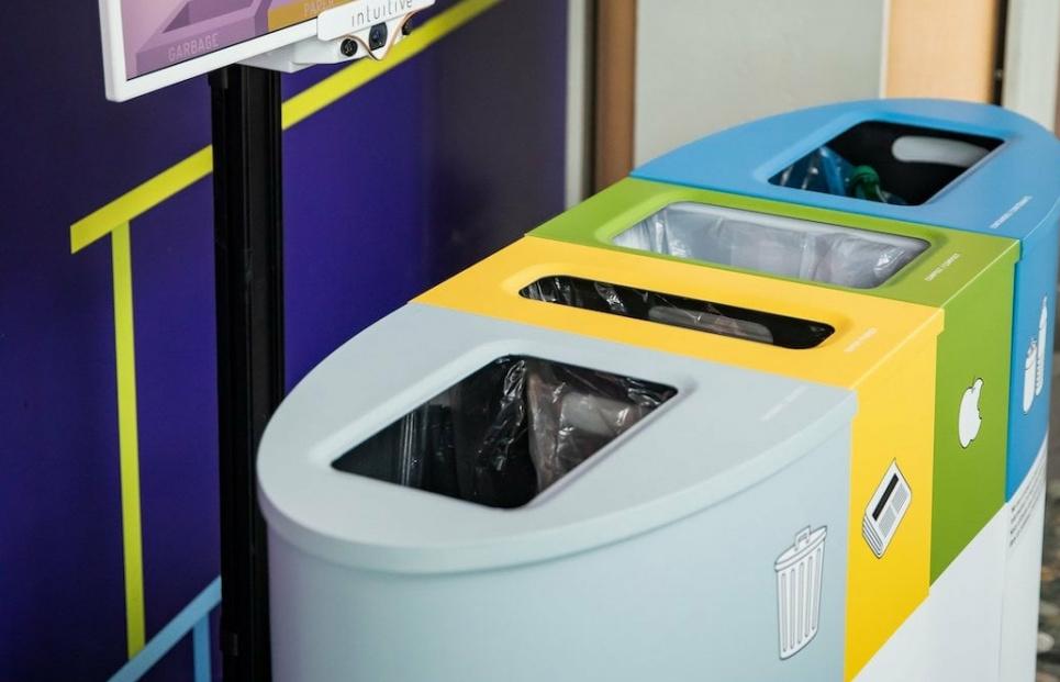 Канадцы создали умный бак для мусора, способный распознать объект и помочь человеку