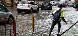 Злива затопила Одесу: підтоплені вулиці, вирвані люки, електротранспорт не працює