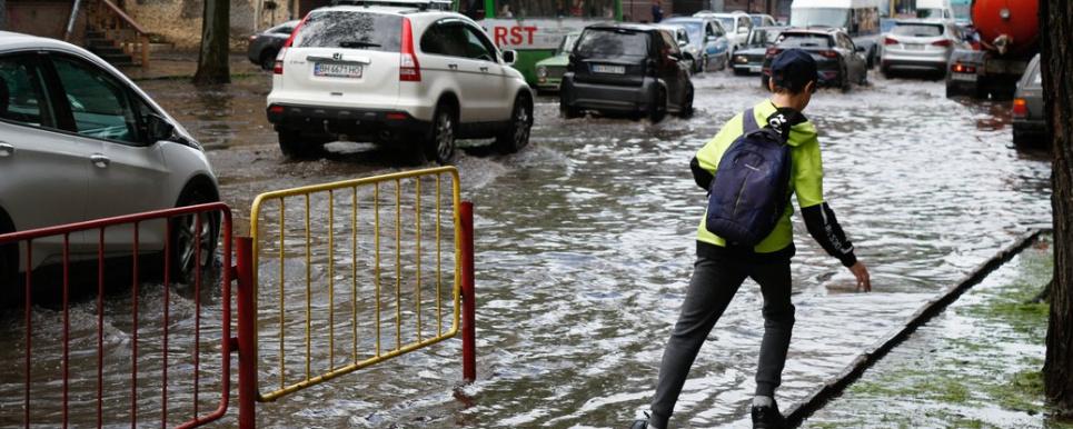 Ливень затопил Одессу: подтоплены улицы, вырваны люки, электротранспорт не работает