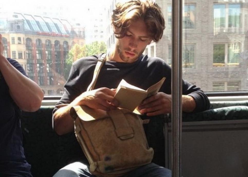 Лікарі не рекомендують читати у транспорті під час тривалої подорожі