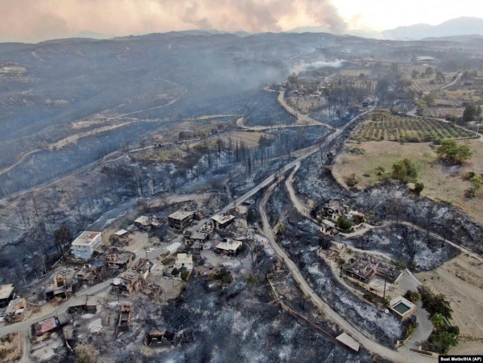 Пожежі в Туреччині виникли на тлі високих температур