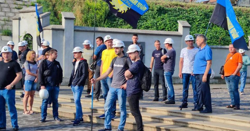Во Львове продолжается масштабный митинг горняков: пришли к ЛОГА