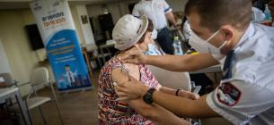 Літня ізраїльтянка отримує третю дозу вакцини проти COVID-19 у пенсійній резиденції в Єрусалимі 4 серпня 2021 року (Йонатан Сінддел/Flash90)