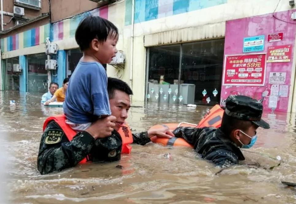 Кілька міст провінції Хубей затоплені водою аж до другого поверху