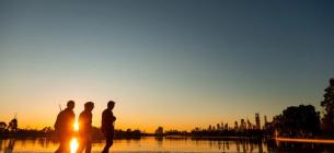 Бігуни насолоджуються заходом сонця на озері Альберт-Парк у Мельбурні у травні 2020 р. Фото: Getty
