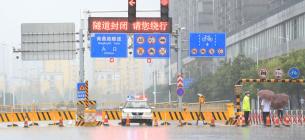 Підземний тунель у центрі міста Чженчжоу, провінція Хенань у Центральному Китаї, зачинений у неділю через сильний дощ. Фото: IC
