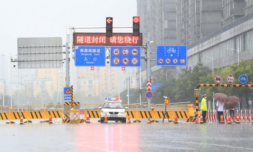 Подземный тоннель в центре города Чжэнчжоу, провинция Хэнань в Центральном Китае, закрыт в воскресенье из-за сильного дождя. Фото: IC
