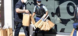 Поліція допомагає волонтерам та працівникам служби підтримки нести пожертвувані ігри та їжу. Фото: NCA NewsWire/Джеремі Пайпер